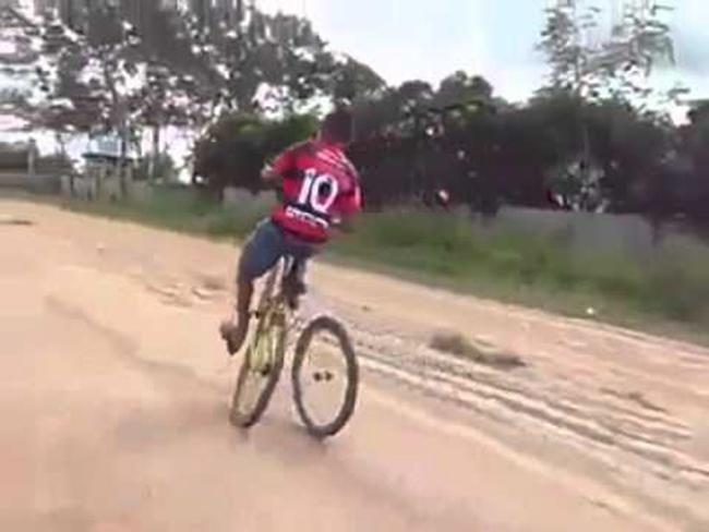 Những pha tai nạn xe đạp khó đỡ - 1