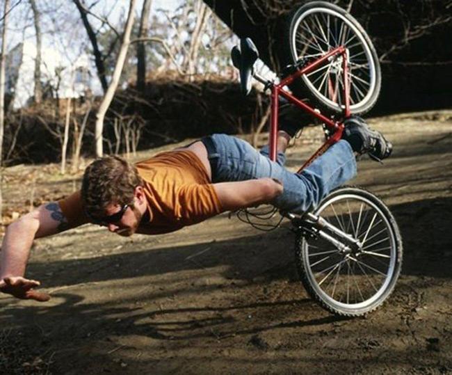 Những pha tai nạn xe đạp khó đỡ - 7