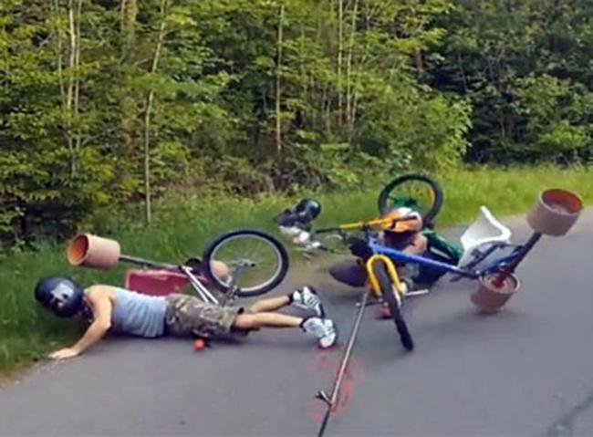 Những pha tai nạn xe đạp khó đỡ - 4