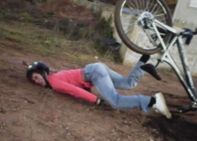 Những pha tai nạn xe đạp khó đỡ - 6