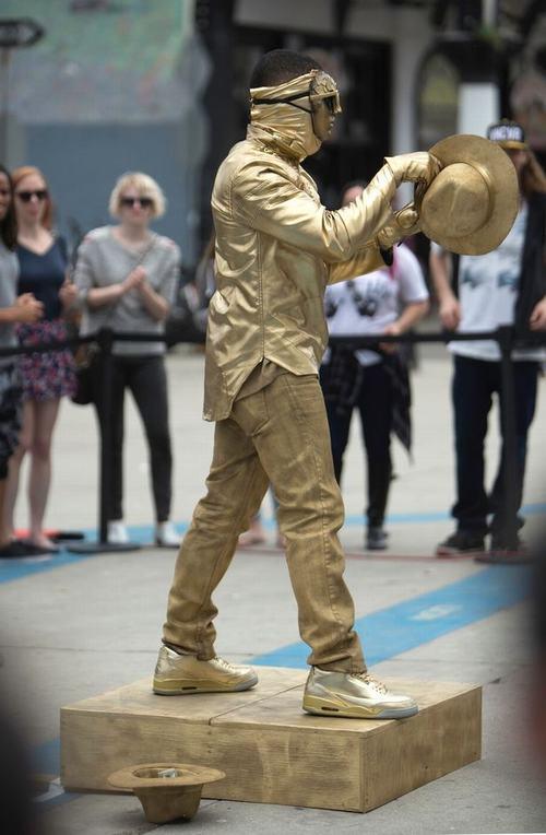 """Ca sỹ da màu Usher biểu diễn """"cực chất"""" trên đường phố - 1"""