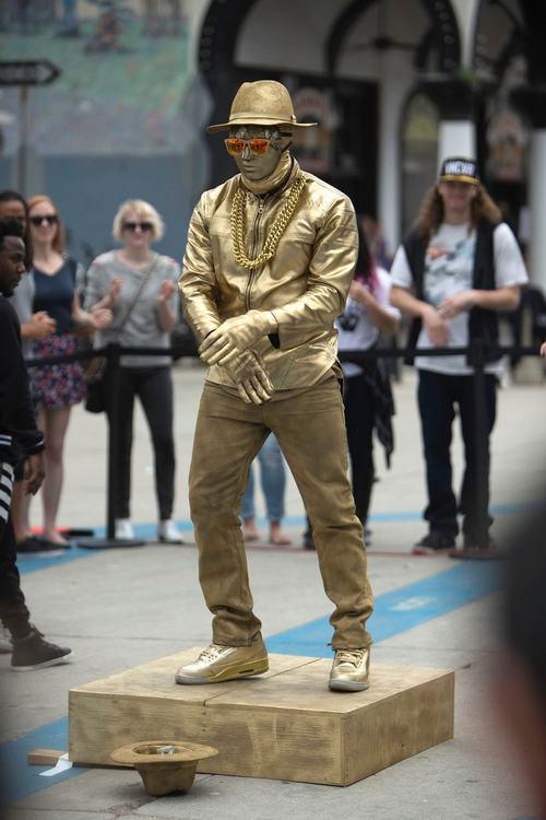 """Ca sỹ da màu Usher biểu diễn """"cực chất"""" trên đường phố - 2"""
