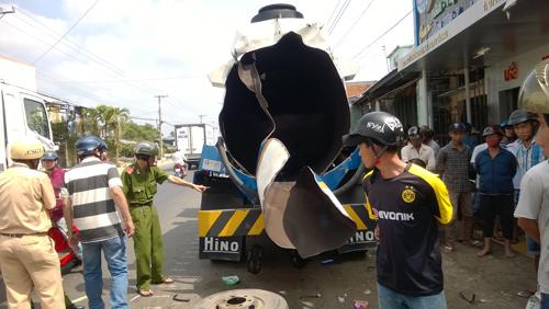 Cà Mau: Nổ xe bồn dầu, 2 người nguy kịch - 1