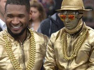 """Ca sỹ da màu Usher biểu diễn """"cực chất"""" trên đường phố"""