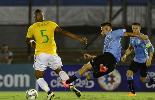 """Nhận thẻ đỏ, sao trẻ Brazil """"tắm nắng"""" để câu giờ - 1"""