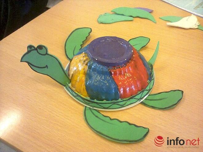 Cô giáo trẻ sáng tạo đồ chơi độc đáo từ những thứ vứt đi - 1