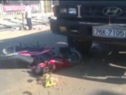 Đối đầu xe tải, người phụ nữ thoát chết trong gang tấc