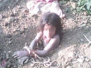 Ấn Độ: Muốn có con trai, bố chôn sống con gái