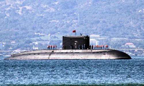 Ảnh: Lai dắt tàu ngầm Kilo Hải Phòng về quân cảng