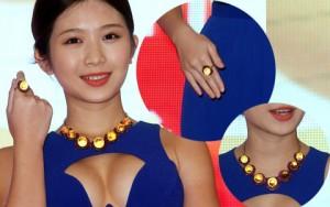 Người mẫu mặc hở, khoe trang sức 200 tỷ đồng