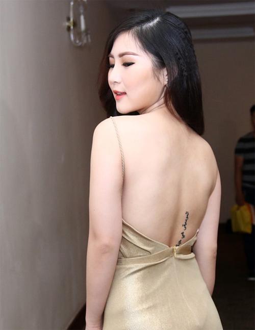 """Hương Tràm khoe hình xăm """"bí ẩn"""" trên lưng - 2"""