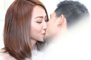 Ngân Khánh khóa môi chồng lãng mạn trong đám hỏi