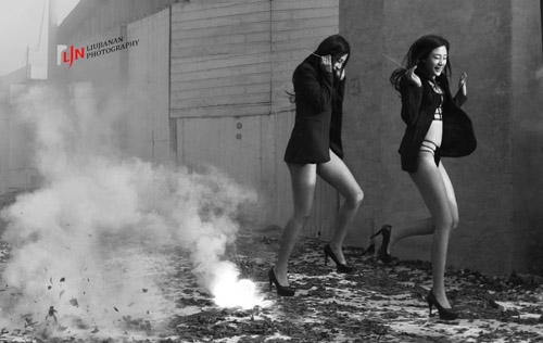 Phó nháy gây phẫn nộ vì chụp mẫu mặc nội y đốt pháo - 2