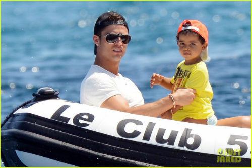 Ronaldo: Bóng đá và gam màu cuộc sống - 2