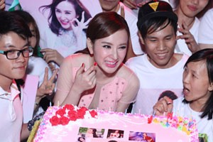 Phương Trinh được fan tổ chức sinh nhật tuổi 20