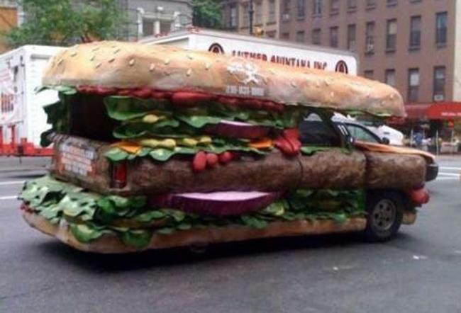 Chiếc xe là một chiếc bánh khổng lồ