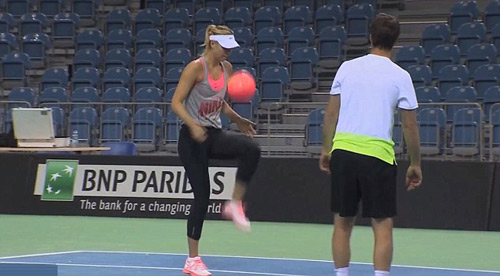 Sharapova trổ tài tâng bóng kỹ thuật như cầu thủ - 1