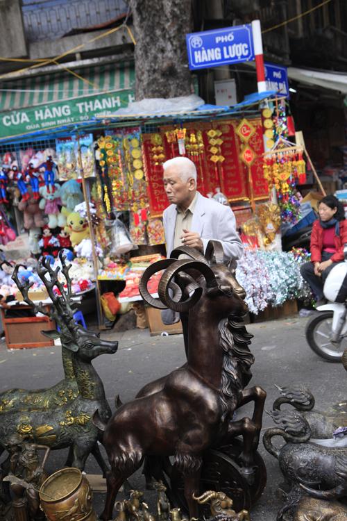 Chiêm ngưỡng dê đồng giá bạc triệu ở chợ đồ cổ Hà Nội - 2