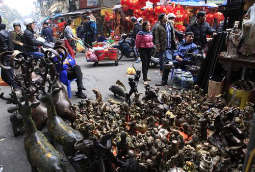 Chiêm ngưỡng dê đồng giá bạc triệu ở chợ đồ cổ Hà Nội - 3