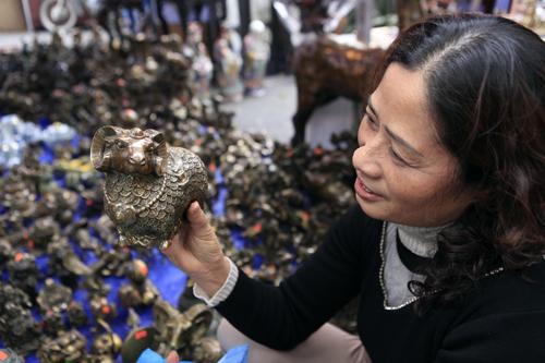 Chiêm ngưỡng dê đồng giá bạc triệu ở chợ đồ cổ Hà Nội - 4