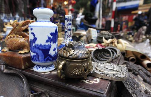 Chiêm ngưỡng dê đồng giá bạc triệu ở chợ đồ cổ Hà Nội - 9