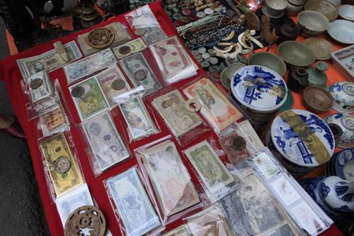 Chiêm ngưỡng dê đồng giá bạc triệu ở chợ đồ cổ Hà Nội - 11