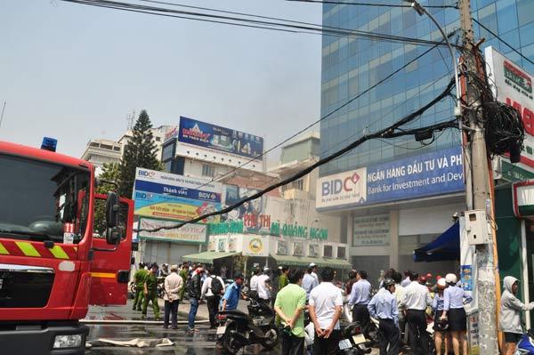 TPHCM: Khói đen bao phủ tòa nhà ngân hàng BIDC - 1