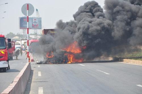 Xe container bốc cháy ngùn ngụt trên Quốc lộ 1 - 1