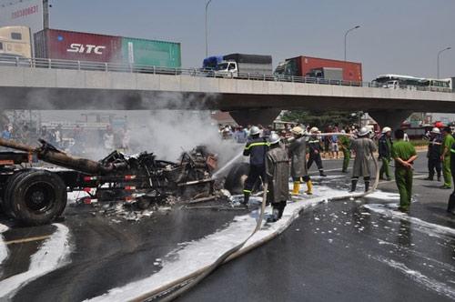 Xe container bốc cháy ngùn ngụt trên Quốc lộ 1 - 2