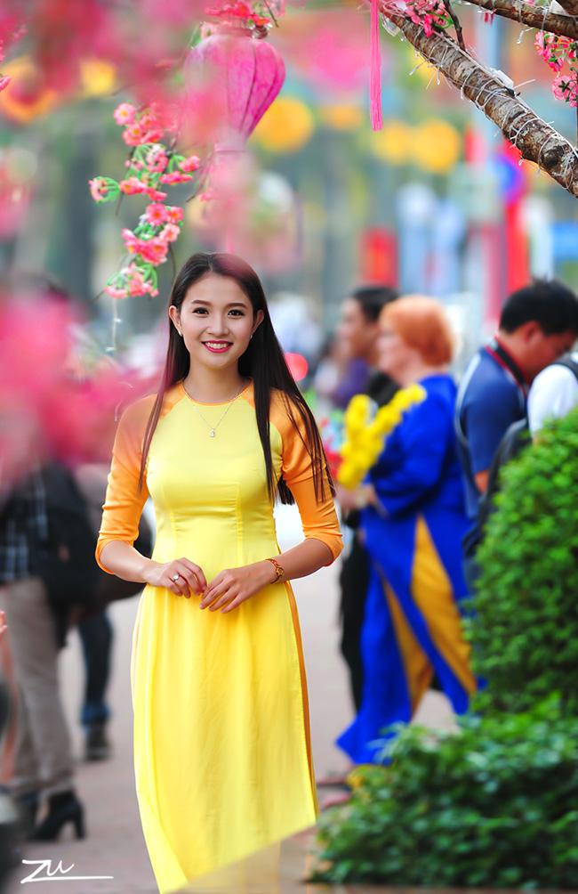 Người đẹp Hoa anh đào 2009 Dương Thị Mỹ Duyên dịu dàng du xuân trên phố Sài Gòn