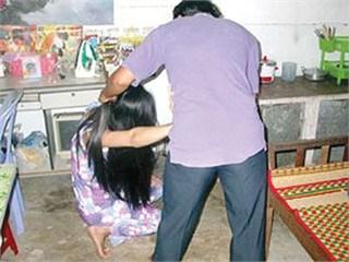 Bắt vợ ăn cả tảng thịt sống vì... nấu cơm không ngon! - 1