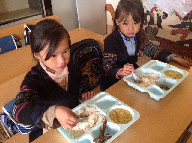 Hết lòng giúp trẻ vùng cao tới trường - 2