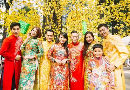 Trang Trần diện áo dài e ấp bên trai trẻ - 1