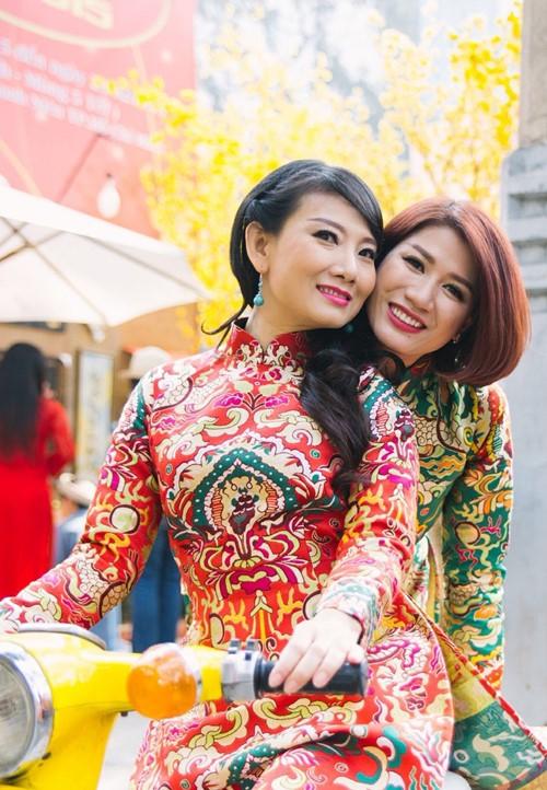 Trang Trần diện áo dài e ấp bên trai trẻ - 7