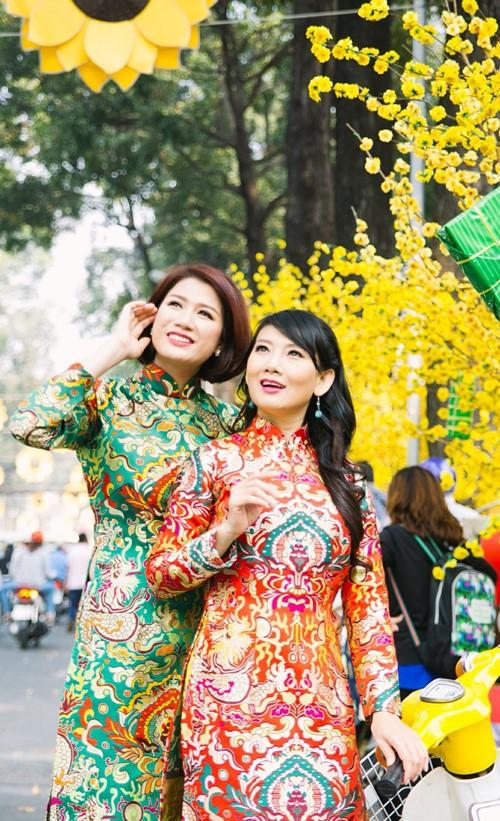 Trang Trần diện áo dài e ấp bên trai trẻ - 8
