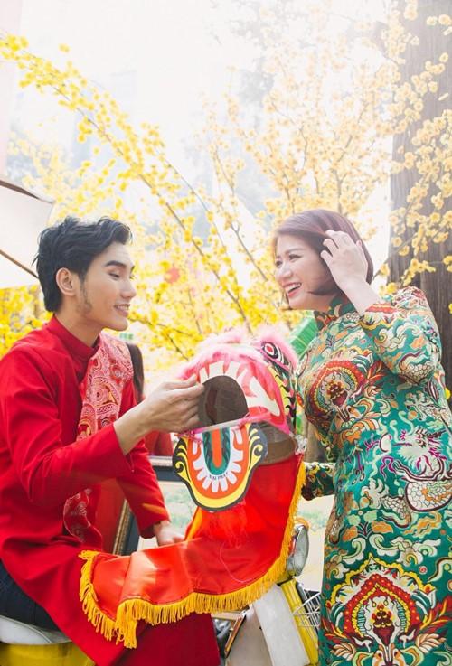 Trang Trần diện áo dài e ấp bên trai trẻ - 2