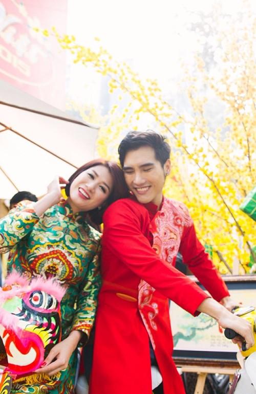 Trang Trần diện áo dài e ấp bên trai trẻ - 3
