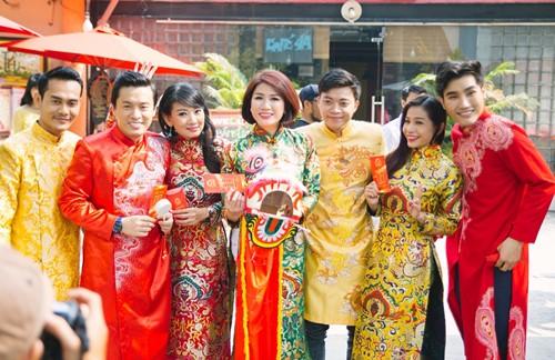 Trang Trần diện áo dài e ấp bên trai trẻ - 5