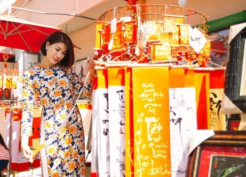 Trang Trần diện áo dài e ấp bên trai trẻ - 4