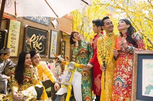 Trang Trần diện áo dài e ấp bên trai trẻ - 6