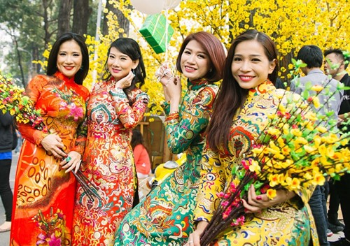 Trang Trần diện áo dài e ấp bên trai trẻ - 10