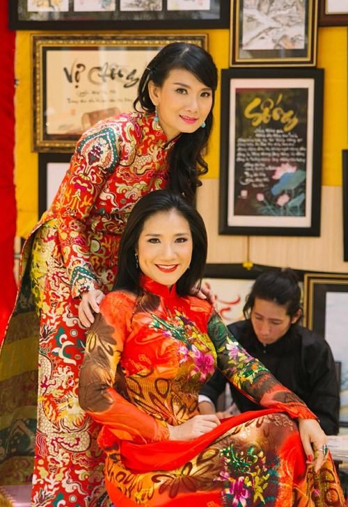 Trang Trần diện áo dài e ấp bên trai trẻ - 9