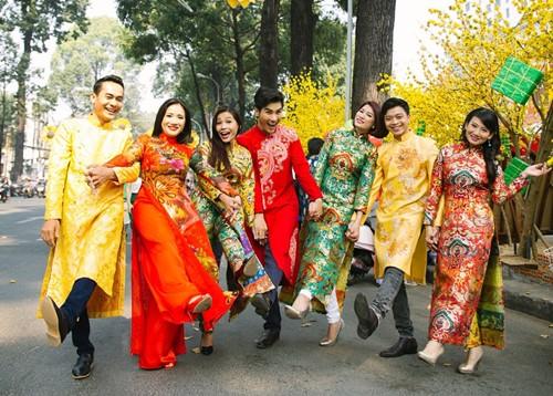 Trang Trần diện áo dài e ấp bên trai trẻ - 11
