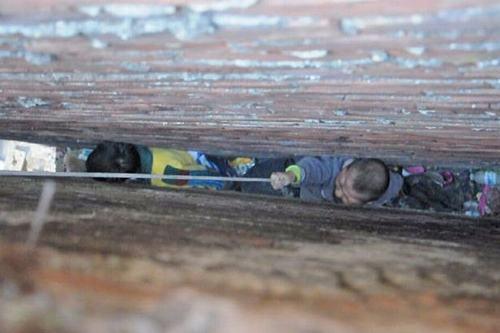 TQ: Giải cứu hai bé trai kẹt trong vách hẹp 15cm - 2