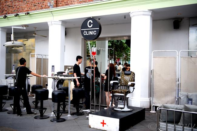 The Clinic là một quán bar theo chủ đề bệnh viện dành cho khách hàng ở Singapore.