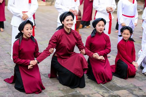 Nguyễn Thị Loan mặc áo dài hát Xoan - 4