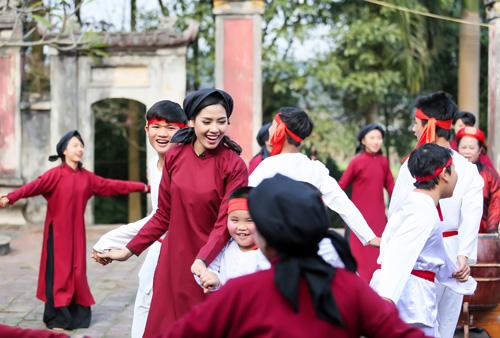 Nguyễn Thị Loan mặc áo dài hát Xoan - 2