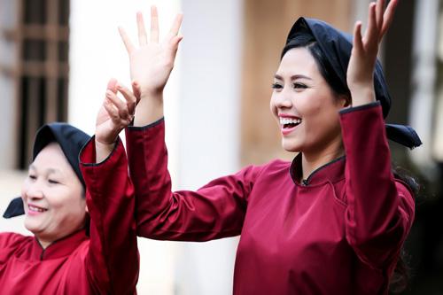 Nguyễn Thị Loan mặc áo dài hát Xoan - 6
