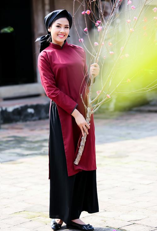 Nguyễn Thị Loan mặc áo dài hát Xoan - 1