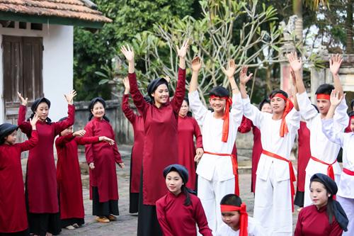 Nguyễn Thị Loan mặc áo dài hát Xoan - 3